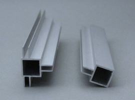 45 E 1 M. Aluminium koker met 1 profiel 4,5 mm. op midden van de koker. Lengte 99 cm.