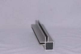 4 H 2 Aluminium koker met 2 profielen 4 mm. haaks. Lengte 99 cm.
