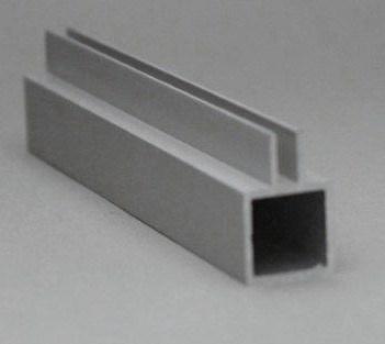 45 E 1 M Aluminium koker met 1 profiel 4,5mm. op midden van de koker. Lengte 199 cm.