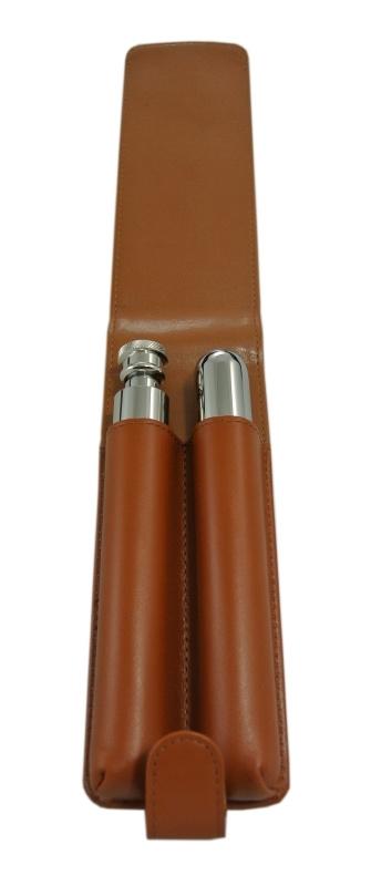 Sigarenhouder en flacon van staal in bruine lederen hoes.