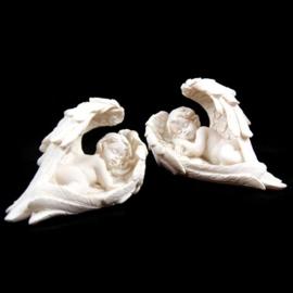 Cherubijn slapend in lange vleugels - 9 cm