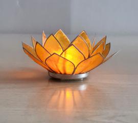 Sfeerlicht Lotus geel met zilverkleurige randen.