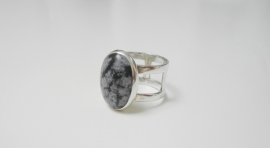 """Zilveren handgemaakte  ring met """"Snowflake obsidian"""""""