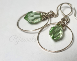 Dames oorbellen sterling zilveren hoop met licht groene kristallen teardrop