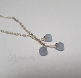 Zilveren takje met blauwe chalcedoon