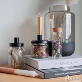 Glazen vaasje met droogbloemen