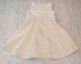 Feestelijke jurk voorzien van prachtige kanten bovenrok