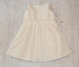 Prachtig crêpe jurkje met sierband en knoopsluiting