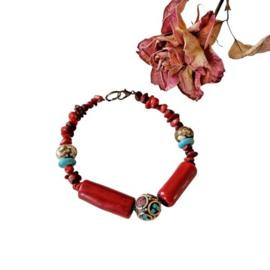 Armband van bamboekoraal, turkoois, been en een Tibetaanse kraal (22,5 cm lang)