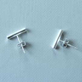 Zilveren streep oorstekers (staafje is 11 mm lang)