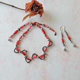 Halsketting van roze-rode parelmoer en dalmatiër jaspis (51 cm lang)