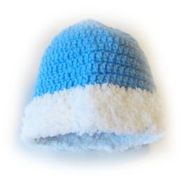 """Blauwe gehaakte muts met witte """"bontrand"""" (1-2 jaar)"""