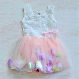 Feestjurkje met roze tule rok waarin bloemblaadjes dwarrelen in verschillende maten