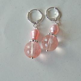 Roze kristal met zoetwaterparel aan zilveren ringen