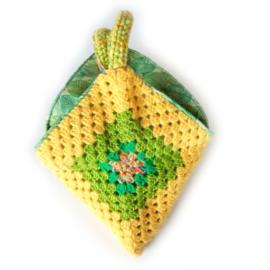 Gehaakte tas in geel met groen (32 x 30 - de uitsparing)