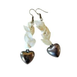 Oorbellen van witte schelpjes met hangend hart van brons (7,5 cm lang)