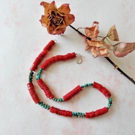 Halsketting van schijfjes rode bamboekoraal en chrysocolla (53 cm lang)