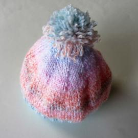 Gebreid mutsje in roze met blauw (1-2 jaar)