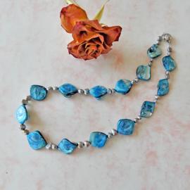 Halsketting van blauwe parelmoer met zilverkleurige zoetwaterparels en een schuifslot van sterling zilver (46 cm lang)
