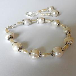 Armband + oorbellen van grote en kleine witte zoetwaterparels (20 cm lang)
