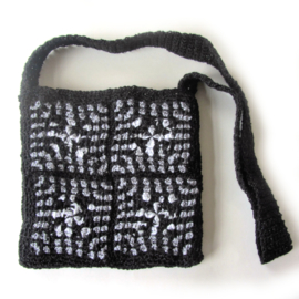 Zwarte schoudertas met zilvergrijs en zwart-witte accenten (23 x 23 cm)