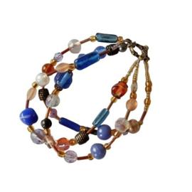 Armband van blauwe en bruine glaskralen (20 cm lang)