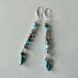 Blauwe en grijze zoetwaterpareltjes aan haken van sterling zilver
