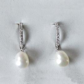 Zilveren creolen met witte zoetwaterparels