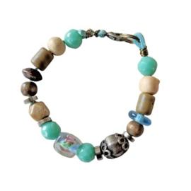 Blauw suède armband met hout, glas en keramiek (18 cm lang)