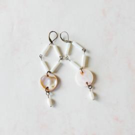 Lange oorbellen van brons met parelmoer (9 cm)