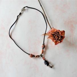 Zwart suède halsband met hout en hanger van glas (51 cm lang)