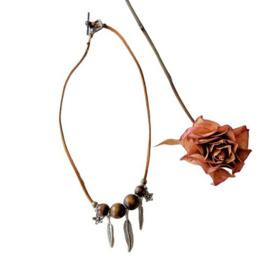 Bruin suède halsbandje met hout en veertjes van metaal (43 cm lang)