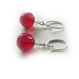 Rood geslepen glas met bergkristal aan zilveren sierhaken