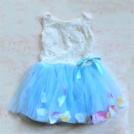Feestjurkje met een rok van blauwe tule met bloemblaadjes in verschillende maten