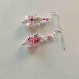 Glas met rozen aan zilverern haken