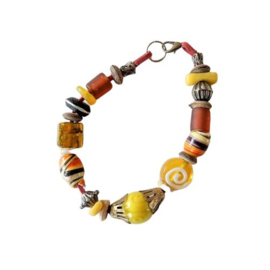 Armband van geel glas, schelpjes en metaal (22 cm lang)