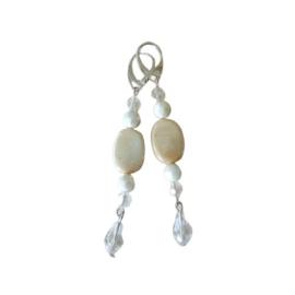 Witte kristallen, parelmoerglas en een grote kristallen hanger (8,5 cm lang)