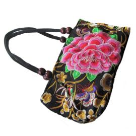 Langwerpige tas met 1 grote roos in het midden (h x b x d = 15 x 29 x 10 cm)