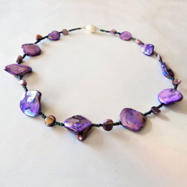 Halsketting van lila parelmoer met glaskralen  (49 cm lang)