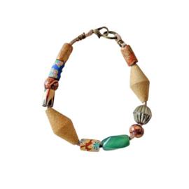 Lichtbruin suède armband met hout, glas en fimoklei (20 cm lang)