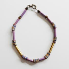Halsketting van 7 Afrikaanse kralen met geel en lila keramiek (43 cm lang)