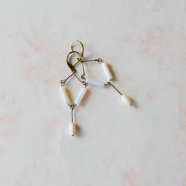 Oorbellen van brons met parelmoer (7 cm lang)