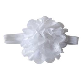 Witte bloem van kant op een band van elastiek