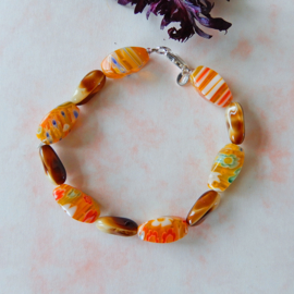 Armband van oranje en bruine glaskralen (18,5 cm)