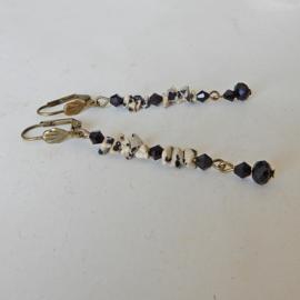 Ketting + oorbellen van dalmatiër jaspis (chips) en zwart kristal  (55,5 cm lang)