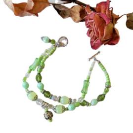 Armband van 2 strengen met verschillende kleuren groen glas en kristal (20 cm lang)