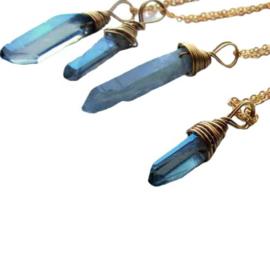 Blauw kristal in gouddraad gewikkeld aan een goudkleurige ketting