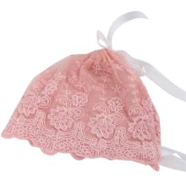 Mutsje van roze kant met witte linten