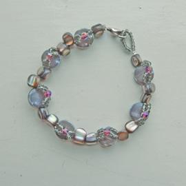 Ronde grijze parelmoer met parelmoerbrokken, versierd met glaskraaltjes en kristal (20 cm lang)