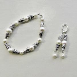 Armband + oorbellen van witte zoetwaterparels met Tibetaans zilver